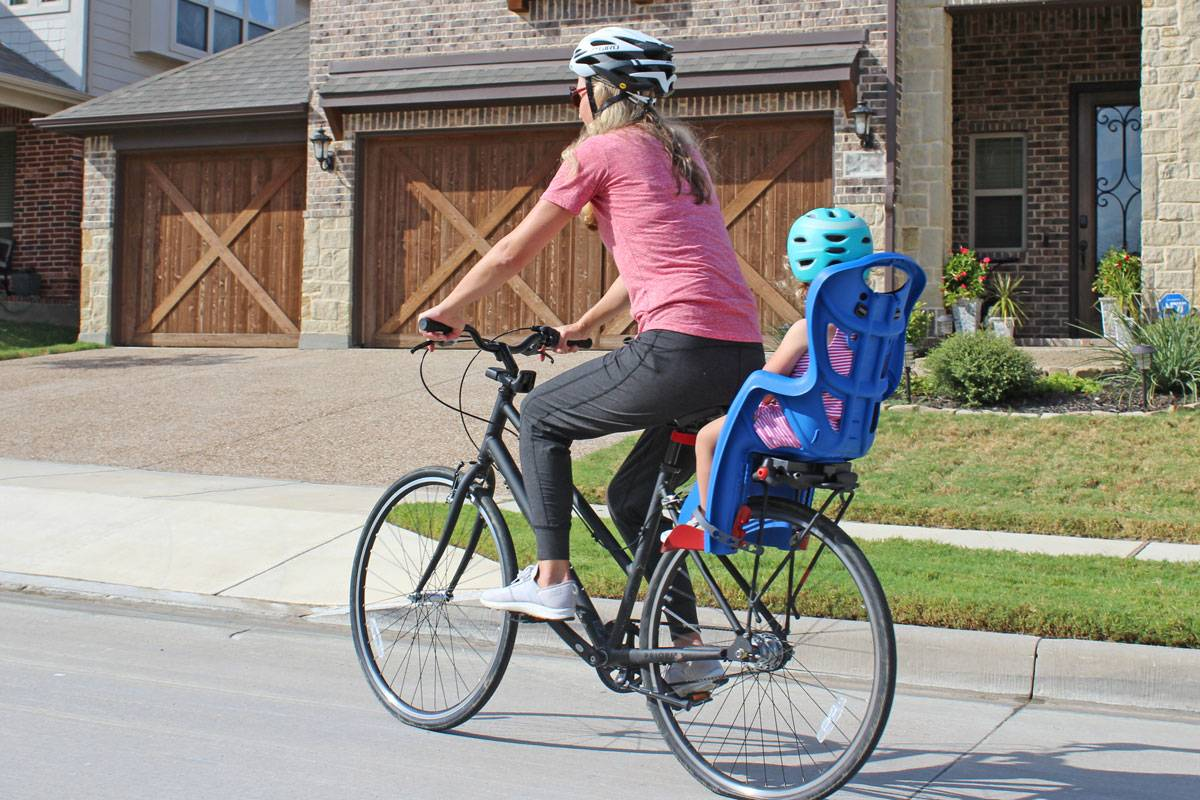 Mom riding with her toddler in the Bellelli Pepe child bike seat