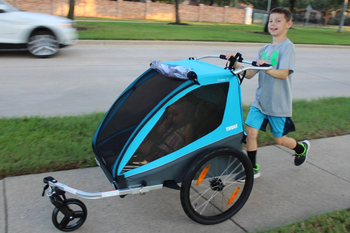 8 year old boy pushing the Thule Coaster XT in stroller mode